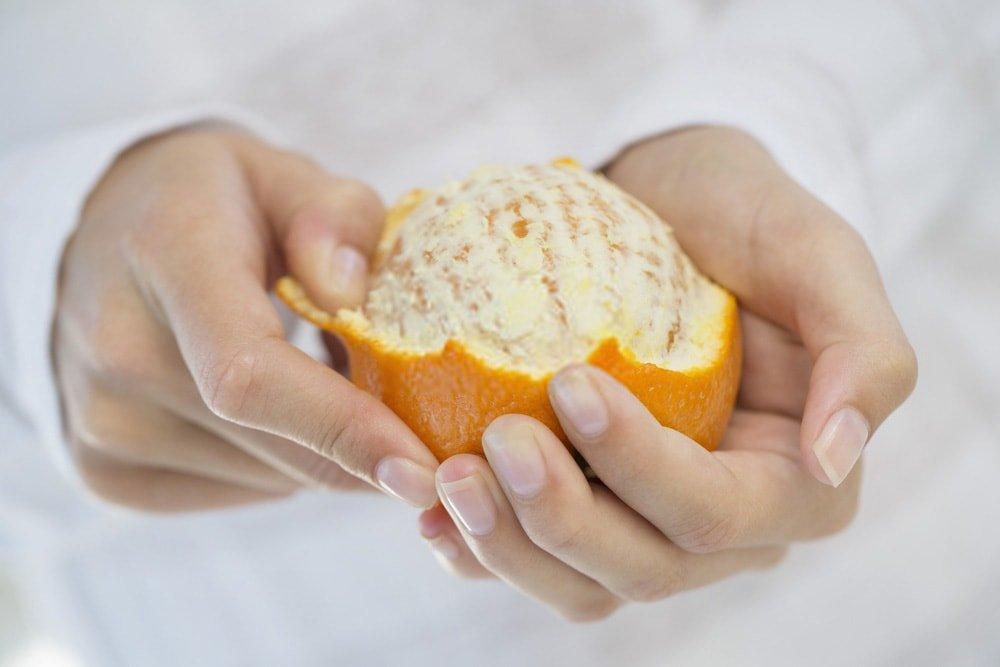 Καθαρισμός ενός πορτοκαλιού